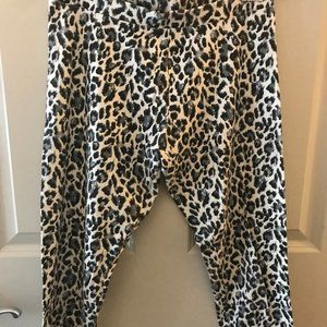 VS Yoga Black/Grey Leopard Capri Leggings, SM